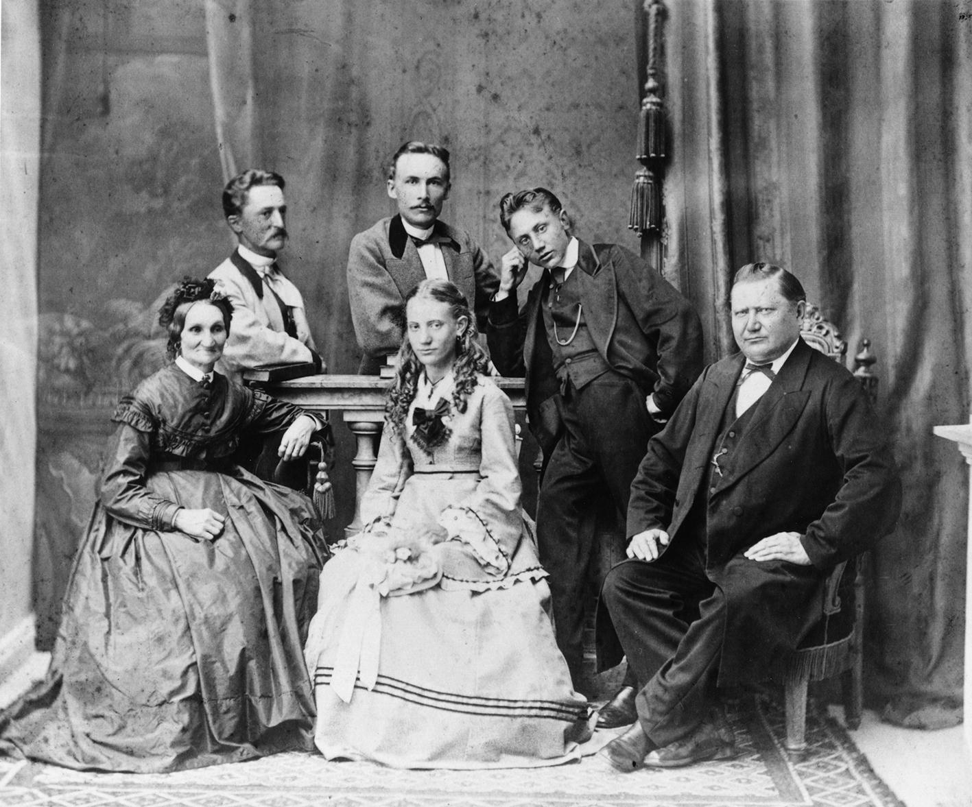 1870 noin . Kaupunginvouti Alexander Wickholmin perhe. Eturivissä vas. Erika Sofia Wickholm (ent. Justén, o.s. Hedberg), lapset Augusta (s. 1856) ja Alexander (s. 1853), Alexander Fridolf Wickholm (s. 1823). Takana pojat Erika Wickholmin edellisestä avioliitosta Karl (s. 1840) ja Franz (s. 1845) Justén.